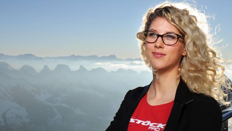Jolanda Neff posiert auf dem Gipfel des Säntis: Im Hintergrund das atemberaubende Alpen-Panorama.