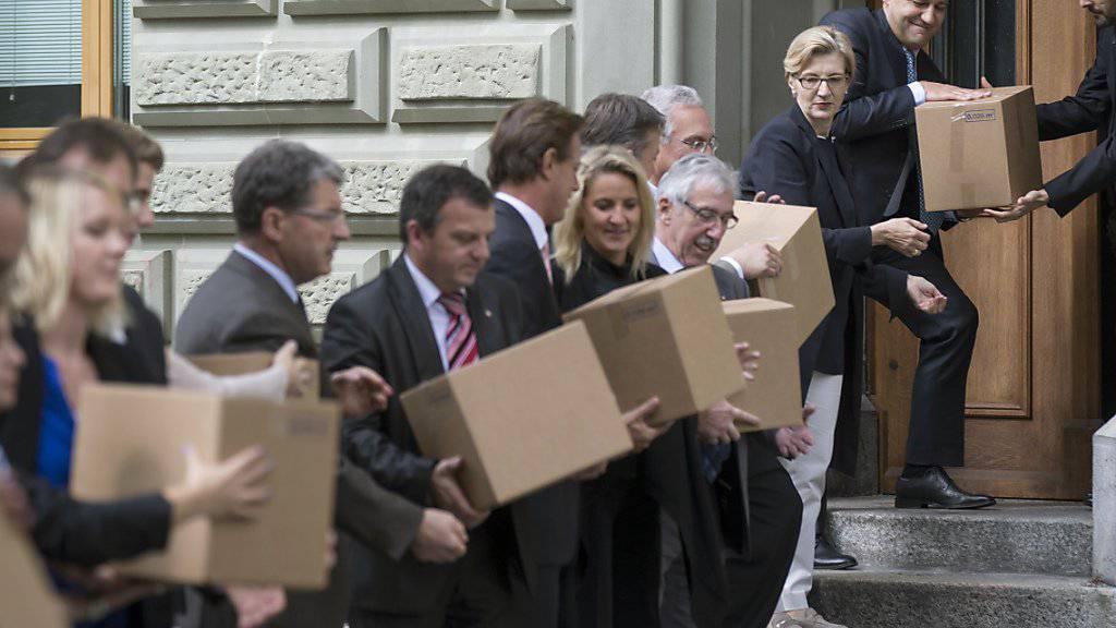 """Die Unterschriften zur Initiative """"Ja zum Schutz der Privatsphäre"""" wurden am 25. September 2014 in Bern eingereicht."""
