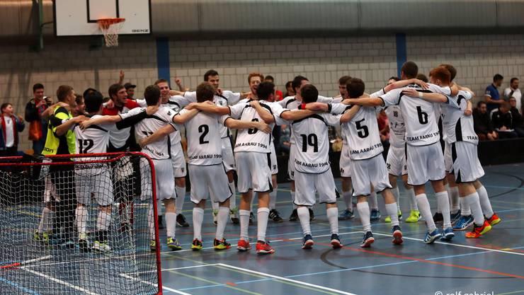Jubelnde Aarauer: Das Team Aarau gewinnt Spiel vier der Best-of-5-Playoff-Serie gegen Jump Dübendorf mit 4:3 n. V. und steigt in die 1. Liga auf! (Foto: Rolf Gabriel)