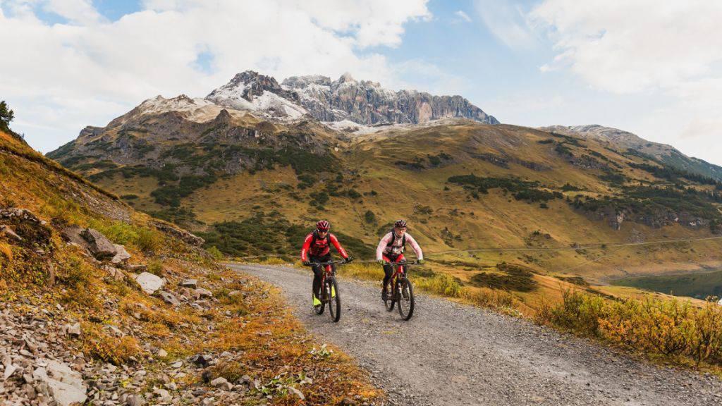 In 27 Stunden und 20 Minuten haben die beiden Profis Flo Vogel (Schweiz) und Markus Schulte-Lünzum (Deutschland) mit E-Mountainbikes die Alpen überquert.