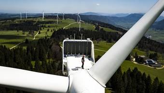 Mindestens zwei Turbinen des Windparks auf dem Mont-Crosin und Mont-Soleil im Berner Jura sind beschädigt worden. (Archivbild)