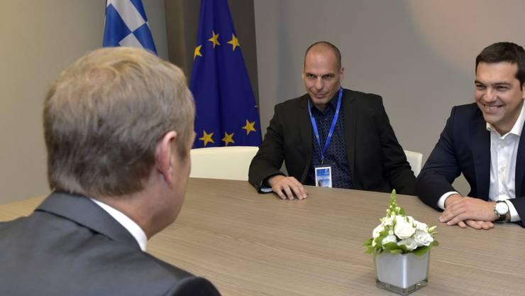 """""""Prozess abschliessen"""": EU-Ratspräsident Donald Tusk im Gespräch mit Tsipras und Varoufakis."""
