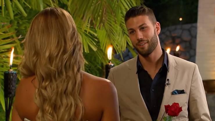 Der Tegerfelder Martin schenkt der Bachelorette eine Rose.