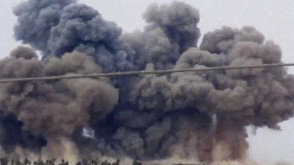 Nach Angriffen der russischen Luftwaffe steigt über der nordwestsyrischen Provinz Idlib Rauch auf (Aufnahme vom 1. Oktober).