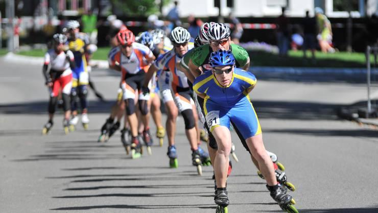 Die Inlineskater organisieren sich wie Radfahrer in Teams, um gegenseitig vom Windschatten profitieren zu können. Hier fährt Daniel Donatsch (vorne) an einem Wettkampf in Geisingen.