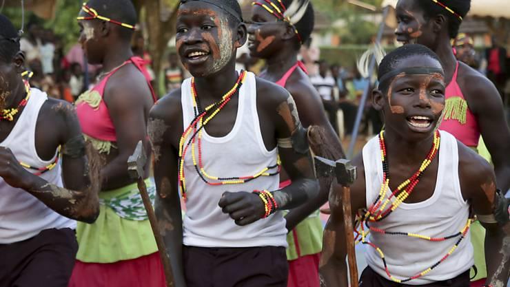 Schwierige Reintegration: Ehemalige Kindersoldaten tanzen im Rahmen der Musiktherapie zusammen mit der örtlichen Bevölkerung in Gulu, Uganda. Die Kinder wurden von der Lord's Resistance Army entführt und zwangsrekrutiert. (Archiv)