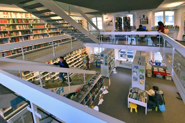 Einblicke ins Innere mit den zwei Stockwerken und der Galerie.