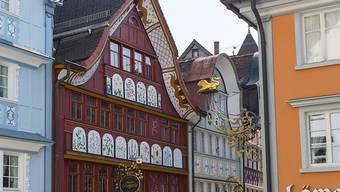 Blick auf das Haus Löwen mit Fassadenmalerei von Johannes Hugentobler. Das Museum Appenzell würdigt den Maler mit einer Sonderausstellung.