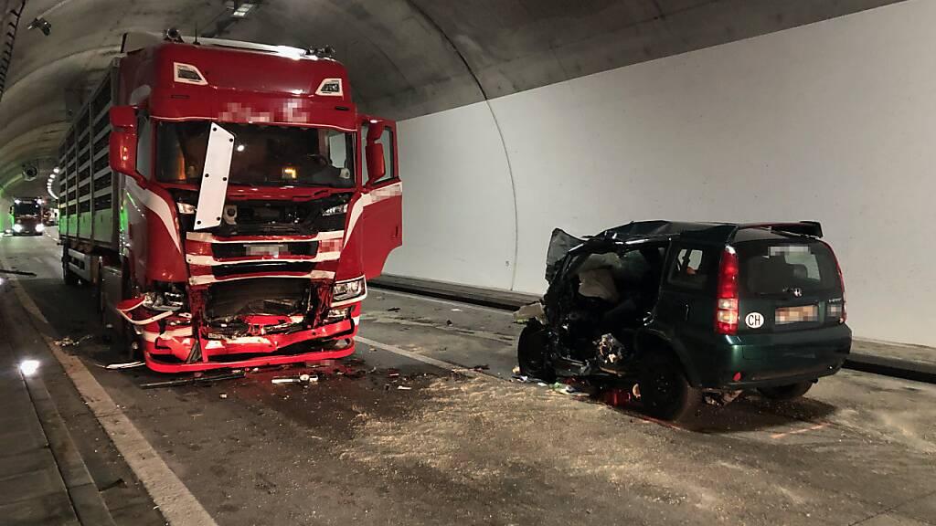 Autofahrer bei Kollision mit Sattelschlepper tödlich verletzt