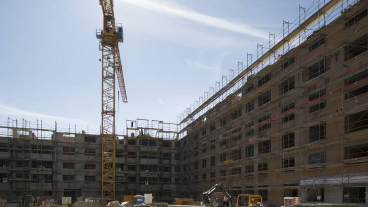 2015 wurde in der Schweiz verstärkt in den Bau von Mehrfamilienhäuser investiert. Die Investitionen in Einfamilienhäuser waren gegenüber 2014 rückläufig. (Archivbild).
