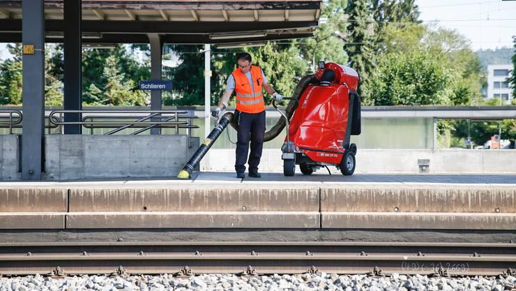 Gut eine Stunde hat Arber Jetullahi jeden Tag Zeit, um den Bahnhof zu reinigen.