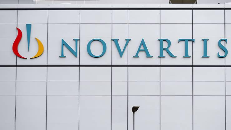 Über 2000 Novartis-Mitarbeitende in der Schweiz müssen um ihren Job bangen. Im Zuge weltweiter Anpassungen in der Produktion und der internen Dienstleistungen streicht der Pharmakonzern Stellen. (Archiv)
