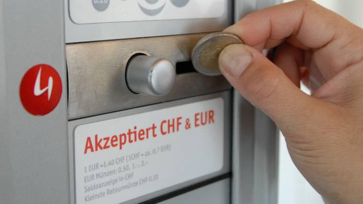 Nur der Selecta-Automat glaubt noch an einen hohen Eurokurs – die Konsumenten können profitieren. (Bild: Walter Schwager)