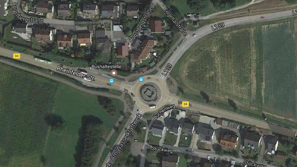 Endstation Kreisel L 139: Eine wilde Verfolgungsjagd endet kurz hinter der Schweizer Grenze im deutschen Wyhlen. (Bild: googlemaps)