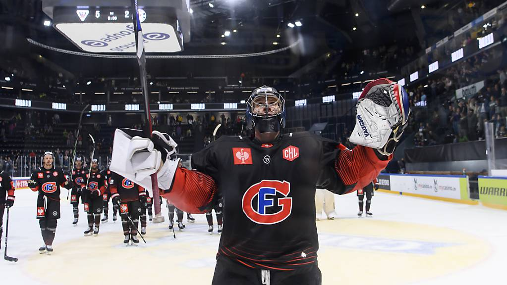 Fribourgs Goalie Connor Hughes feiert den vorzeitigen Einzug in den Achtelfinal
