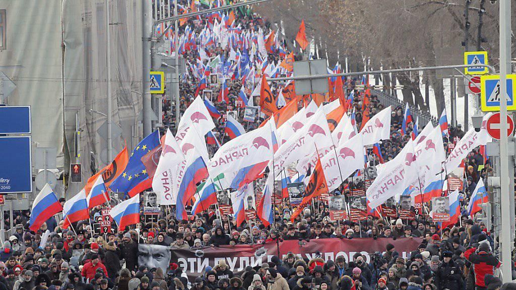 Mehrere tausend russische Regierungskritiker haben an den vor drei Jahren ermordeten Oppositionsführer Boris Nemzow erinnert.