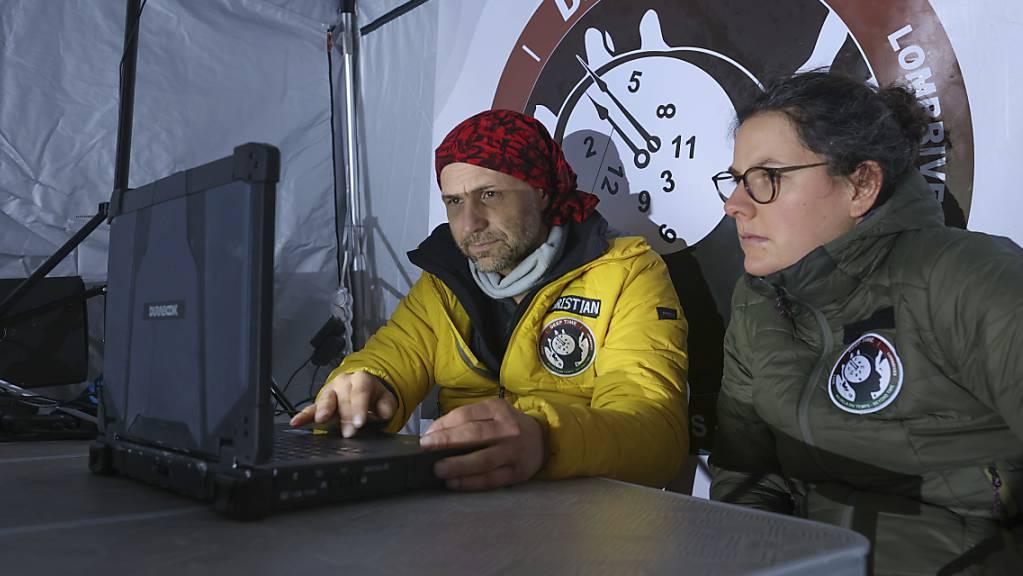 Der Schweizer Forscher Christian Clot und ein Mitglied seines Versuchsteams bei der Arbeit zum Experiment «Deep Time» in einer Höhle in den französischen Pyrenäen.
