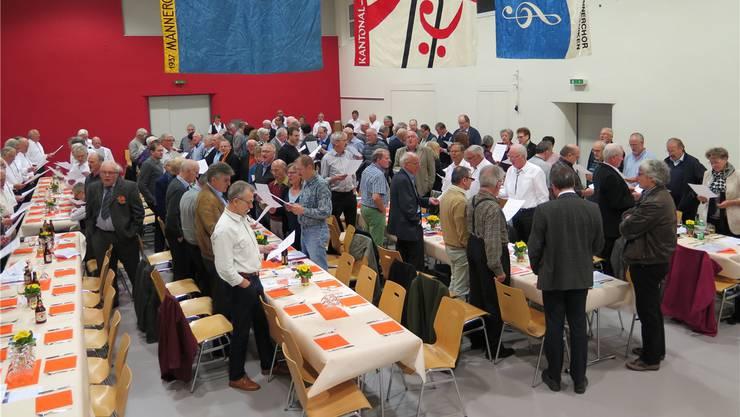 Die Delegierten des Solothurner Kantonal-Gesangsvereins (SOKGV) in der fahnengeschmückten Bühlhalle Däniken beim gemeinsamen Singen des Schlusslieds.