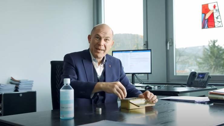 Anton Lauber zählt seine Fünfliber: Mit dem Video will der Regierungsrat an die Massnahmen erinnern.