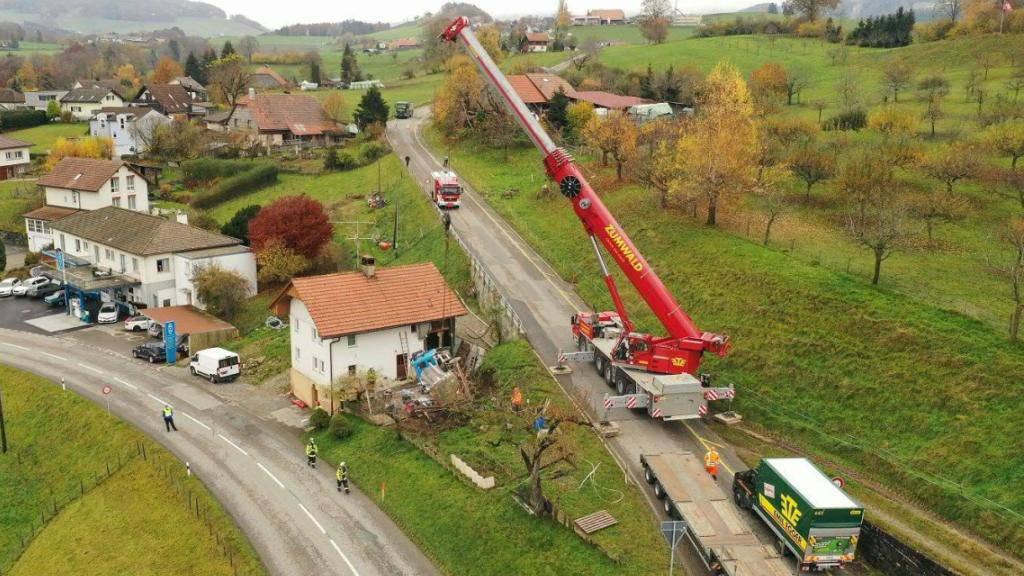 Der Lastwagen stürzte in St. Silvester FR eine Böschung hinunter in den Garten eines Wohnhauses.