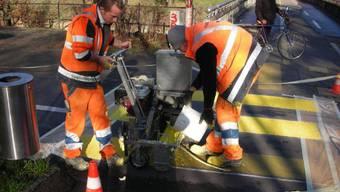 Bis Ende Juli 2016 sollen alle Fussgängerstreifen in Basel-Stadt mit dem reflektierenden Belag versehen werden.