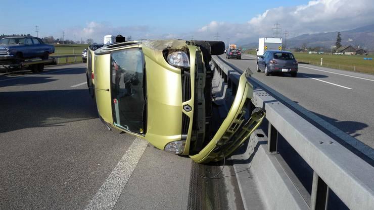 Der Renault Kangoo lieft nach einer Kollision auf der Seite.