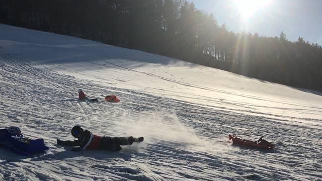 Wenig Schnee, viel Spass: Schlitteln am Allerheiligenberg.