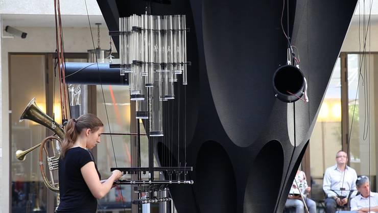 Die Perkussionistin Anne Briset bespielt für das Festival Zeiträume den Klangturm im Innenhof des Basler Kunstmuseums.