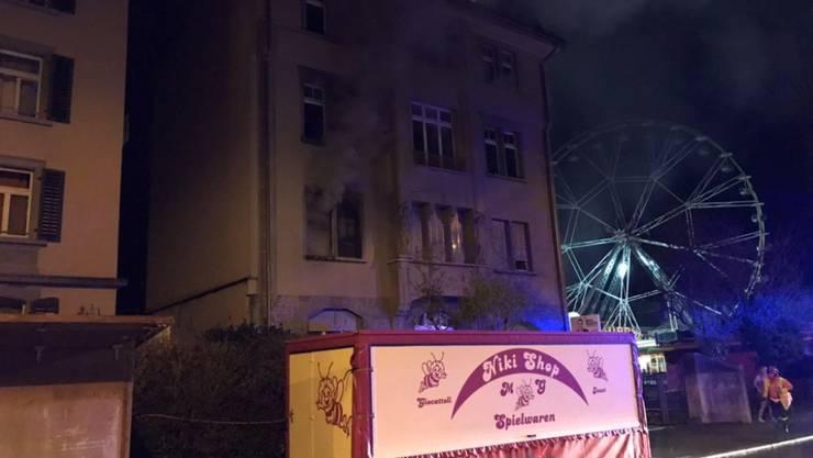 Nächtlicher Brand an der Sonnenstrasse in St. Gallen: Wegen des dichten Rauchs aus der brennenden Wohnung im ersten Stock flüchteten mehrere Bewohner unter das Dach des Hauses.