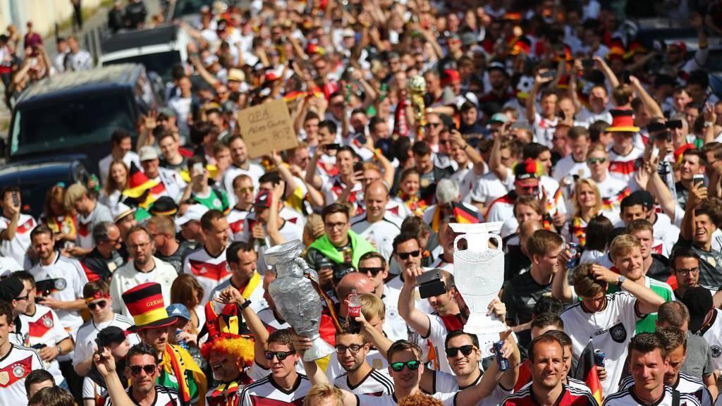 Zahlreiche deutsche Fans machen sich auf den Weg ins Stadion in Bordeaux.