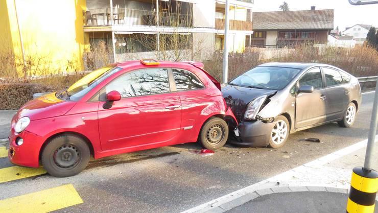 Die 19-jährige Fiat-Fahrerin wurde beim Unfall verletzt und musste durch die Ambulanz ins Spital geführt werden.
