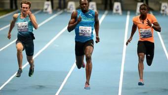 Usain Bolt (Mitte) sprintet in Warschau seinen Gegnern einmal mehr davon.