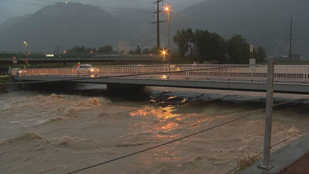 Gotthardstrasse gesperrt +++ Reuss tritt über die Ufer
