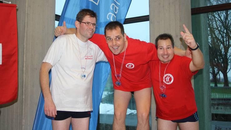 Jonas Brigger BSG Wettingen (Gold, Mitte), Simon Nussbaumer BSG Wettingen (Silber, rechts) und Roger Frey BSG Reinach (Bronze, links) freuen sich über ihre Medaillen in der Disziplin 25 Meter Brust.