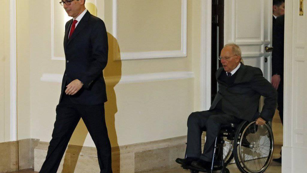 US-Finanzminister Steven Mnuchin (links) gefolgt von seinem deutschen Amtskollegen Wolfgang Schäuble (in einer Aufnahme vom Donnerstag, 16. März 2017 nach ihrem Vorbereitungsgespräch zum G20-Treffen in Baden-Baden).