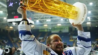 Captain war er diese Saison nicht mehr (wie hier beim Titelgewinn 2014) - aber den Pokal durfte Mathias Seger zum Abschied nochmals stemmen