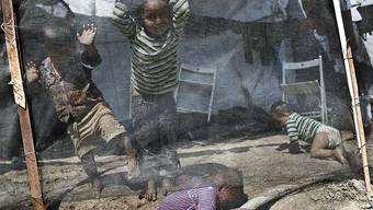 Spielende Kinder im Flüchtlingscamp Moria auf der Insel Lesbos. In dem für 3100 Bewohner ausgelegten Camp, leben derzeit 7585 Menschen, darunter auch viele Kinder.