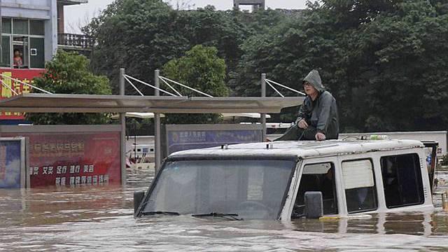 Auto kämpft sich durch die Wassermassen