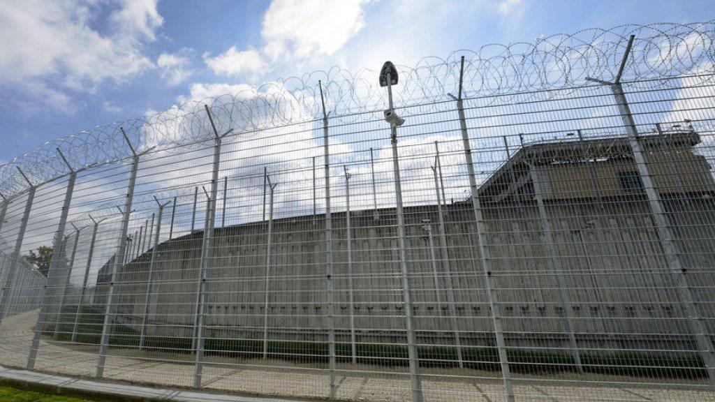 Der Platzmangel in Schweizer Gefängnissen ist nicht mehr so dramatisch, dennoch braucht es mehr Haftplätze. (Symbolbild)
