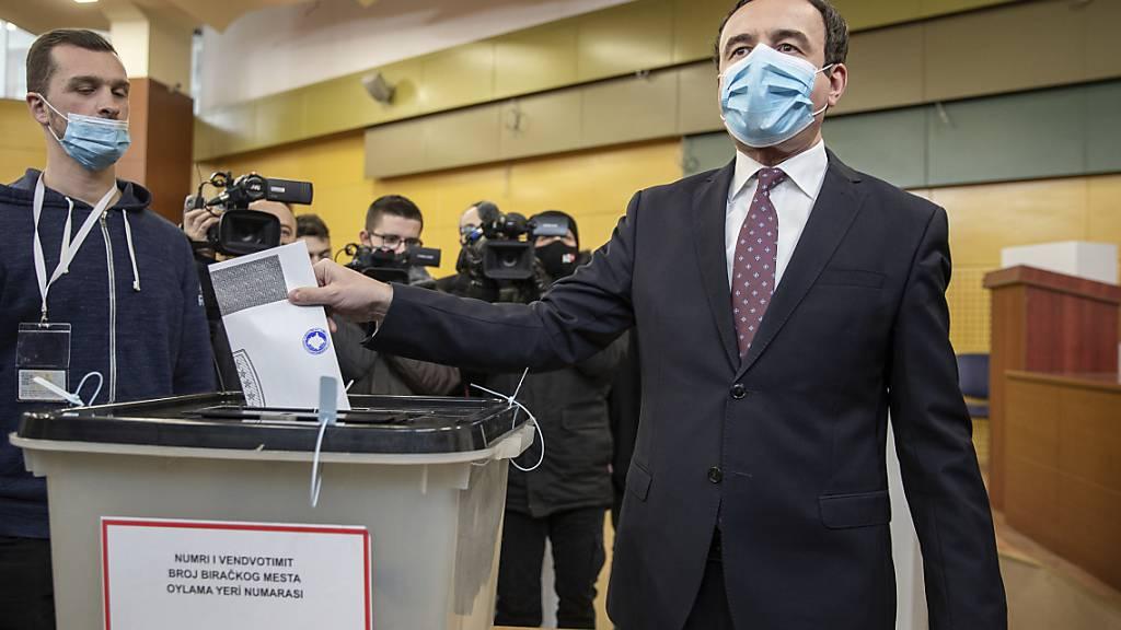 Albin Kurti (r), Vorsitzender von Vetevendosje (Selbstbestimmung), gibt seinen Stimmzettel bei der Parlamentswahl ab. Foto: Visar Kryeziu/AP/dpa
