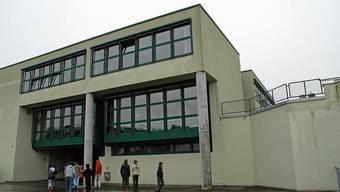 In den Sommerferien erhält das Lengnauer Oberstufenschulhaus ein neues Dach.