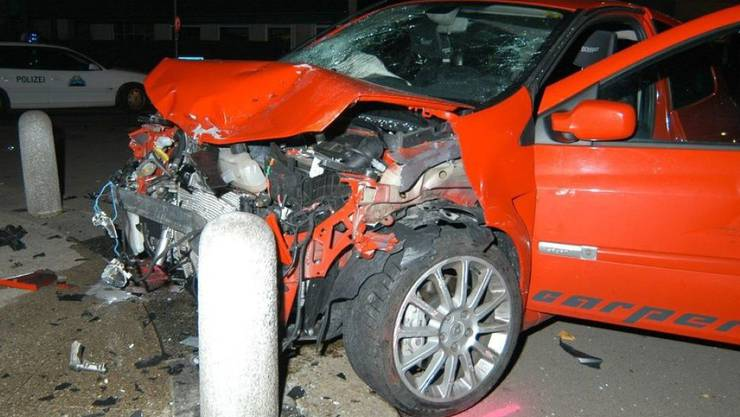 Bei diesem Autounfall starb 2008 in den frühen Samstagmorgenstunden ein Beifahrer. Beim Fahrer wurden 0,7 Promille gemessen. Das scheint nicht viel zu sein, reicht aber für Fahruntüchtigkeit. Wer trinkt, fährt nicht, rät die Beratungsstelle für Unfallverhütung für die Festtage. (Symbolbild)