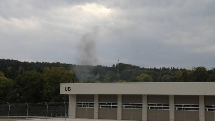 Rauch quillt aus der Kaserne in Bremgarten.