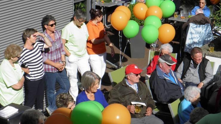 Bewohner und Gäste feiern gemeinsam den Baubeginn.