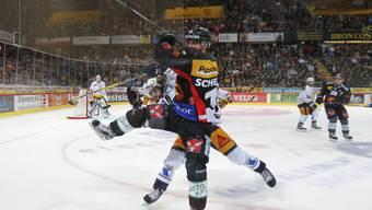 Spektakel in Berns Eishockeytempel: Berns Tristan Scherwey (vorne) im Kampf mit Zugs Dominik Schlumpf