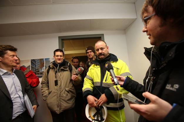 02.50 Uhr: Sprengmeister Weber informiert nach der Sprengung die Medien