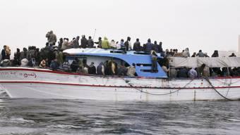 Vor der Küste Libyens ist ein Boot mit 90 Migranten gekentert. Mindestens drei Personen überlebten das Unglück. (Archivbild)