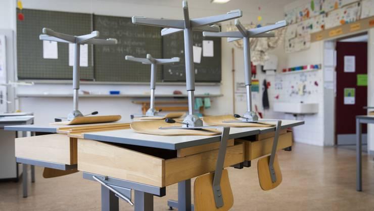 Die zwei Schulklassen aus Baden und Unterentfelden müssen weiterhin zu Hause bleiben. (Symbolbild)