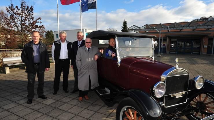 Organisatoren und Ideengeber: Hannes Studer, Stefan Baur, Bernhard Taeschler und Lieni Füglistaller (von links) mit Viktor Stutz am Steuer seines Ford T 1926. (Bild: DNO)