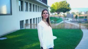 Désirée Abbenseth Stapfer vor dem neuen Anbau beim Schulhaus Büel A.